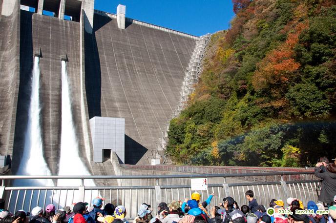 宮ヶ瀬ダムの紅葉と観光放流に虹 愛川町 2012/11/21